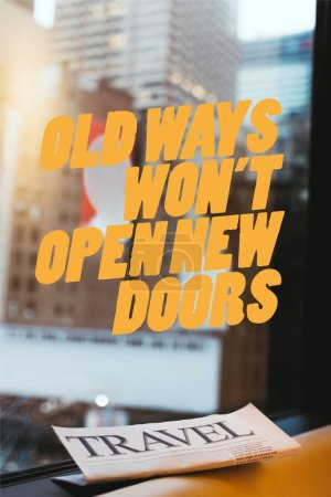 Photo pour Bouchent d'affichage du journal de voyage avec «vieilles manières ne sera pas ouvrir de nouvelles portes» citation sur la fenêtre et la ville de new york sur fond - image libre de droit