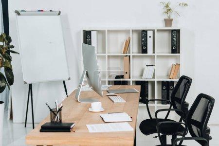 Photo pour Intérieur de bureau moderne avec ordinateur de bureau et fournitures de bureau, chaises et tableau blanc - image libre de droit