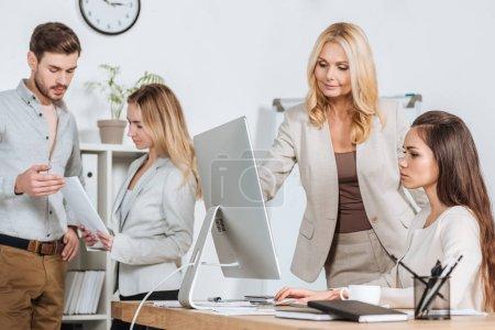 Photo pour Les gens d'affaires professionnels travaillant avec ordinateur de bureau et de papiers au bureau - image libre de droit