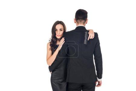 Photo pour Vue arrière du couple d'agents secrets étreindre et détenant des armes de poing, isolé sur blanc - image libre de droit