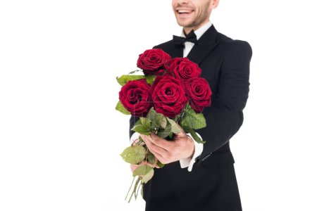 Photo pour Vue recadrée de l'homme heureux cadeaux roses rouges pour la Saint-Valentin, isolé sur blanc - image libre de droit