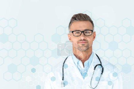 beau médecin dans des lunettes avec stéthoscope sur les épaules en regardant la caméra avec des symboles médicaux