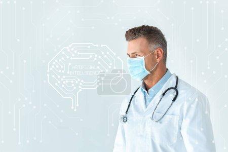 beau médecin en masque médical regardant loin isolé sur blanc avec interface cérébrale et lettrage intelligence artificielle