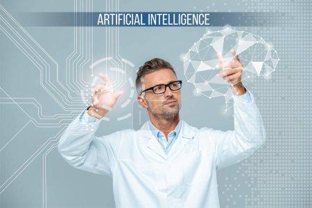 beau scientifique en manteau blanc et lunettes interface cérébrale mobile, concept d'intelligence artificielle