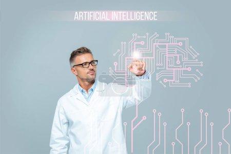beau scientifique en manteau blanc touchant interface cérébrale dans l'air isolé sur blanc, concept d'intelligence artificielle