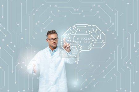 beau scientifique en lunettes touchant interface médicale avec cerveau isolé sur gris, concept d'intelligence artificielle
