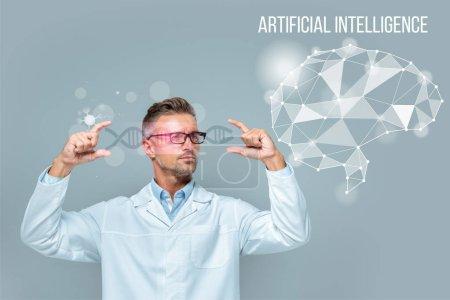 Photo pour Beau scientifique dans les lunettes tenant l'interface médicale avec ADN et cerveau isolé sur gris, concept d'intelligence artificielle - image libre de droit