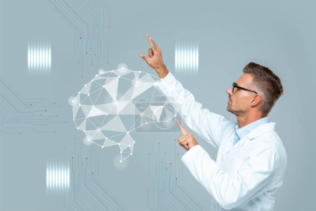 Photo pour Vue latérale du beau scientifique dans des verres se déplaçant interface cerveau isolé sur fond gris, le concept d'intelligence artificielle - image libre de droit