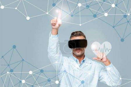 Foto de Científico en el casco de realidad virtual tocar interfaz de atención médica con latidos aislados en gris, concepto de inteligencia artificial - Imagen libre de derechos