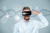 """Постер, картина, фотообои """"ученый в виртуальной реальности гарнитура, указывая на его голове, изолированные на серый с ДНК, концепция искусственного интеллекта"""""""