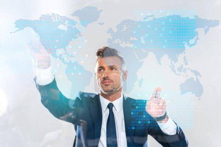 Photo pour Bel homme d'affaires touchant l'interface de la technologie de l'innovation avec la carte du monde isolé sur blanc, concept d'intelligence artificielle - image libre de droit