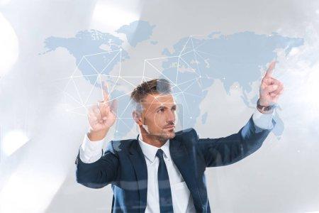 Photo pour Bel homme d'affaires, se déplaçant de technologie de l'innovation avec la carte du monde isolé sur le concept d'intelligence artificielle blanc, - image libre de droit