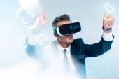 """Постер, картина, фотообои """"бизнесмен в виртуальной реальности гарнитура трогательно инновационной технологии изолированные на белом, концепции искусственного интеллекта"""""""