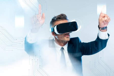 Photo pour Homme d'affaires dans le casque de réalité virtuelle touchant la technologie innovation isolé sur le concept d'intelligence artificielle blanc, - image libre de droit