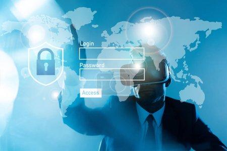 Foto de Empresario en casco de realidad virtual en el mapa del mundo y el inicio de sesión, concepto de inteligencia artificial - Imagen libre de derechos