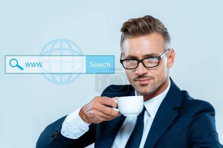 Photo pour Homme d'affaires beau boire du café et de regarder la caméra isolée sur bleu avec barre de recherche - image libre de droit