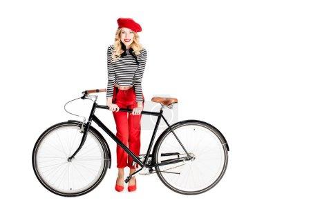 Photo pour Vélo de tenue de femme joyeuse et souriante isolé sur blanc - image libre de droit
