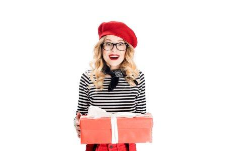 Photo pour Femme blonde joyeuse en béret rouge tenant coffret isolé sur blanc - image libre de droit