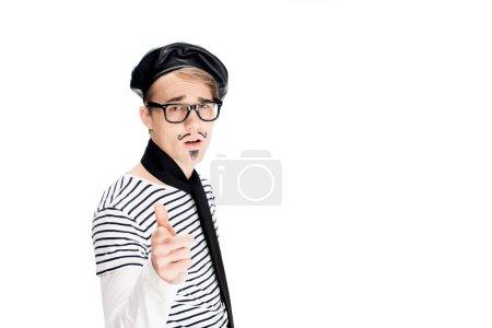 Photo pour Français de l'homme dans les verres et béret noir pointant avec doigt isolé sur blanc - image libre de droit