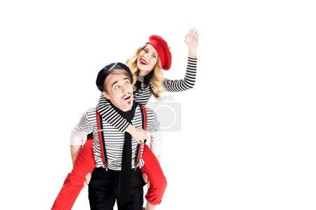 Photo pour Français homme tenant en armes heureuse petite amie en béret rouge en agitant la main isolé sur blanc - image libre de droit