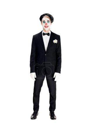 Photo pour Joyeux clown en béret noir et costume souriant isolé sur blanc - image libre de droit