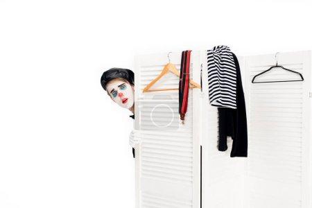 Photo pour Clown en béret noir donnant sur la porte du vestiaire isolé sur blanc - image libre de droit