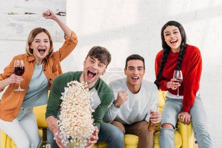 Foto de Riendo a multiculturales amigos bromeando en casa fiesta - Imagen libre de derechos