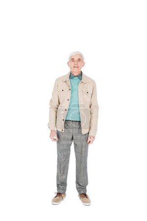 Photo pour Heureux homme senior souriant tout en restant isolé sur blanc - image libre de droit