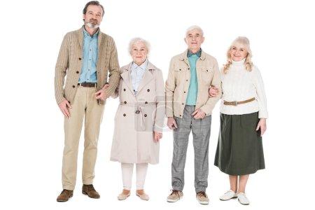 fröhliche Rentner, die isoliert auf weiß stehen und lächeln
