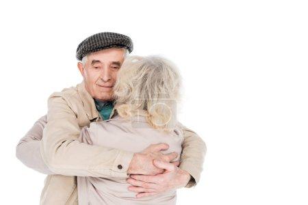 joyeux retraité homme étreignant femme isolé sur blanc
