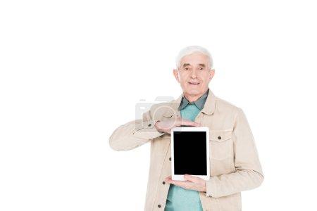 Photo pour Homme retraité joyeux tenant tablette numérique avec écran blanc isolé sur blanc - image libre de droit