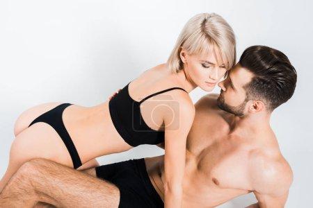 Photo pour Beau couple séduisant en sous-vêtements noirs isolés sur gris - image libre de droit