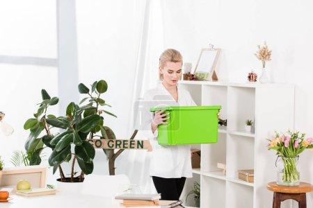 Foto de Mujer atractiva caja reciclaje verde junto a la señal ir verde, ambiental ahorro concepto - Imagen libre de derechos