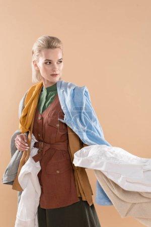 Foto de Hermosa chica con ropa de eco, aislado en concepto de ahorro amarillento, medio ambiente - Imagen libre de derechos