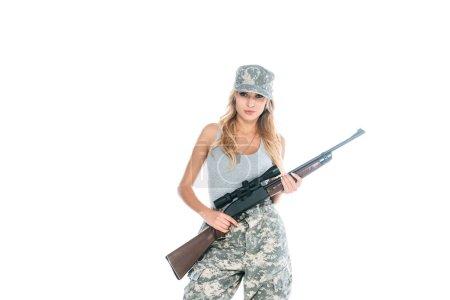 Photo pour Femme militaire en t-shirt gris, pantalon de camouflage et casquette tenant l'arme isolée sur blanc - image libre de droit
