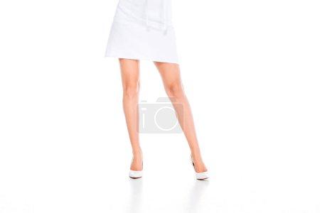 Photo pour Vue recadrée de cuisinier femme en uniforme se tenant debout sur fond blanc - image libre de droit