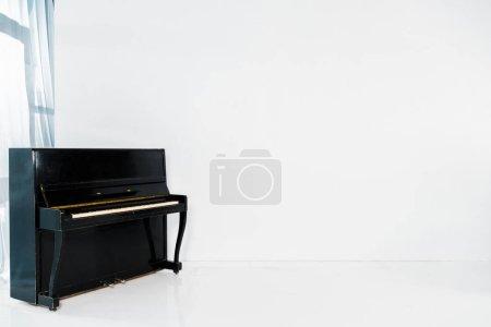 Foto de Piano negro sobre fondo blanco con espacio de copia - Imagen libre de derechos