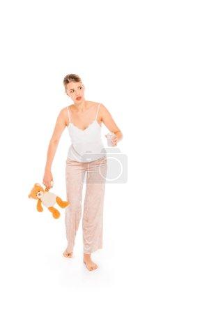 Photo pour Fille en pyjama, tenue d'ours en peluche et verre isolé sur blanc - image libre de droit