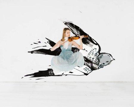 Photo pour Flottant de fille en robe bleue, jouait du violon avec une illustration de l'oiseau - image libre de droit