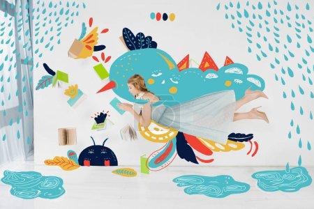 Photo pour Fille flottante en robe bleue livre de lecture avec illustration de pluie - image libre de droit