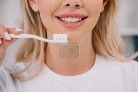 Photo pour Vue partielle du sourire de brosse à dents de portefeuille femme - image libre de droit