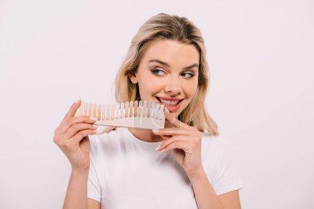 Photo pour Belle femme souriante tenant palette de couleurs des dents isolé sur blanc, concept de blanchiment des dents - image libre de droit