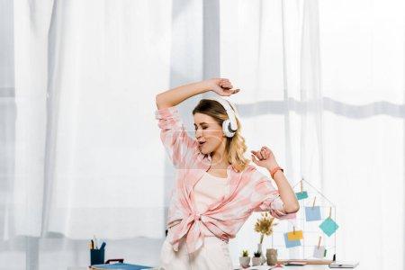 Photo pour Charmante jeune femme danse et écoute de musique à la maison - image libre de droit