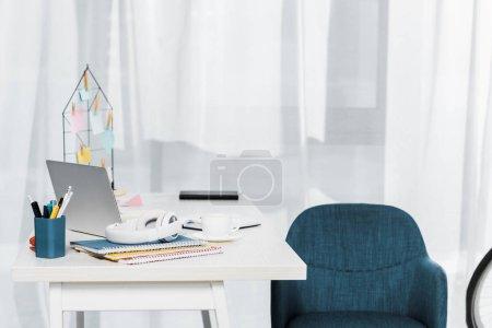 Photo pour Siège confortable avec ordinateur portable, ordinateurs portables et un mobilier élégant - image libre de droit