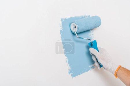 Photo pour Vue recadrée du mur de peinture homme en couleur bleue à la maison - image libre de droit