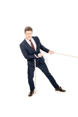 Photo pour Jeune homme d'affaires en tenue formelle tirant la corde isolé sur blanc - image libre de droit