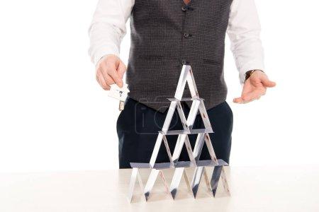 Photo pour Recadrée vue agent immobilier possession des clefs de maison neuve et montrant la pyramide de cartes à jouer, isolé sur blanc - image libre de droit