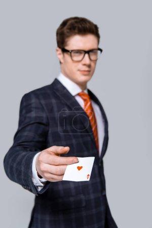 Photo pour Mise au point sélective d'homme d'affaires élégant holding ace isolé sur fond gris - image libre de droit
