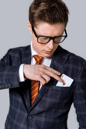 Photo pour Ace prise beau homme d'affaires élégant de poche isolée sur fond gris - image libre de droit