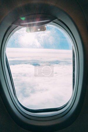 Photo pour Fenêtre plane avec vue ciel bleu ensoleillé - image libre de droit